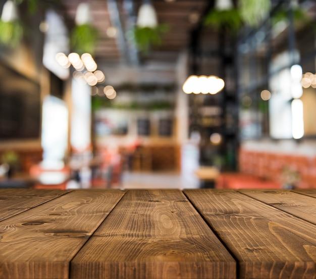 Drewniany stół z niewyraźne sceny restauracji