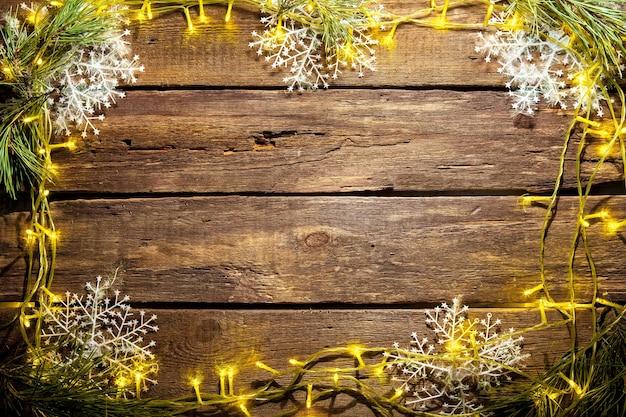 Drewniany stół z ozdób choinkowych z miejscem na tekst. boże narodzenie koncepcja makiety