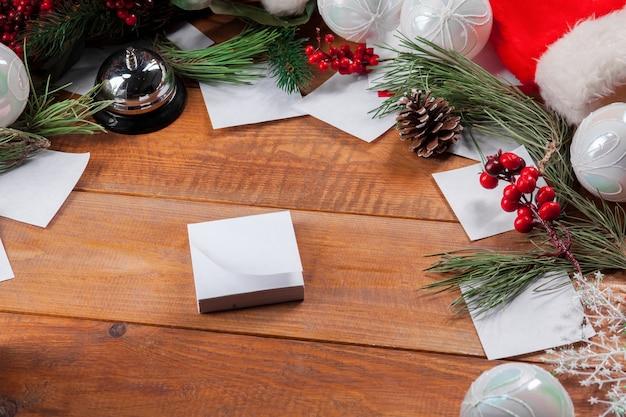 Drewniany stół z ozdób choinkowych z miejscem na tekst.