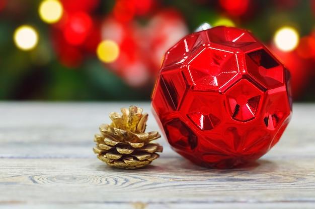Drewniany stół z piłką świąteczną