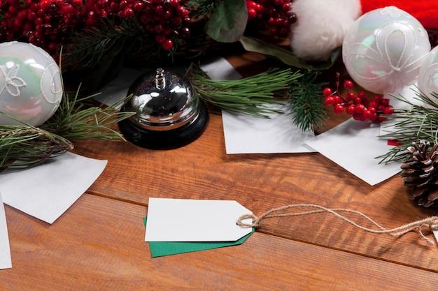 Drewniany stół z pustą pustą metką z ceną i dekoracjami świątecznymi. boże narodzenie koncepcja makiety