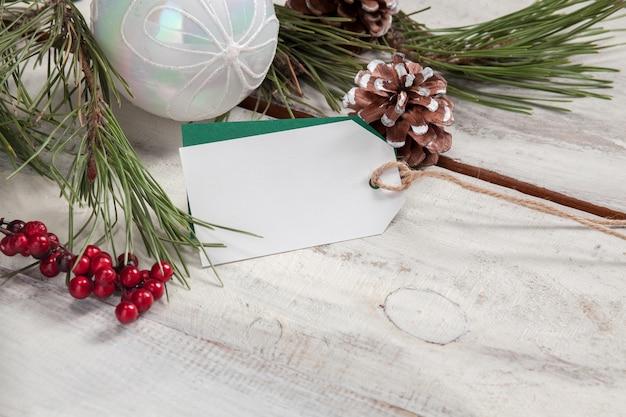Drewniany stół z pustą pustą metką z ceną i dekoracjami świątecznymi.