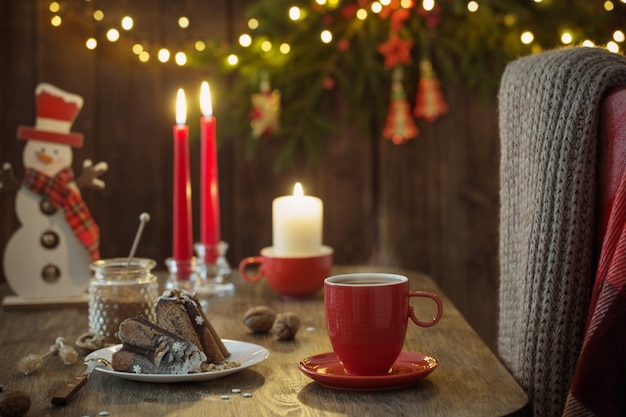 Drewniany stół z świątecznym ciastem i dekoracjami