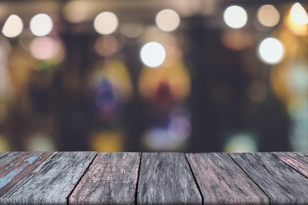 Drewniany stół z zamazanym tłem