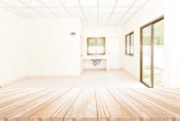 Drewniany stołowy wierzchołek na disfocus kuchni tle. może być używany do wyświetlania tekstu lub montażu produktów spożywczych