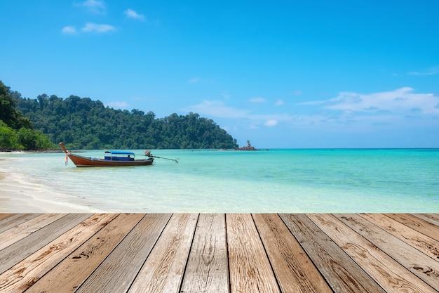 Drewniany stołowy wierzchołek na sceny długiego ogonu łodzi drewnianej kotwicy w csytal morzu