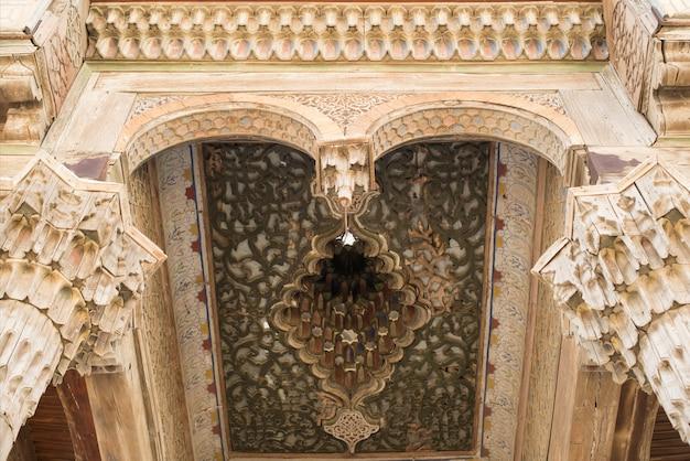 Drewniany sufit w twierdzy w bucharze w azji środkowej