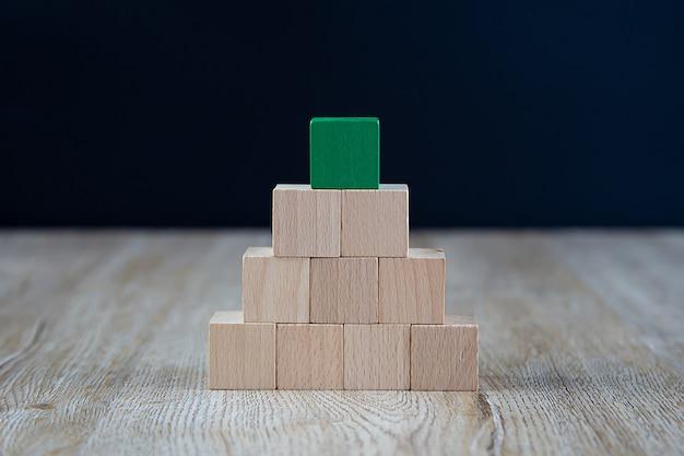 Drewniany sześcian ułożony w kształcie piramidy bez grafiki.