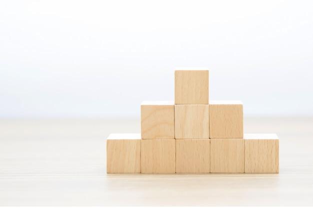 Drewniany sześcian ułożony w stos bez grafiki.