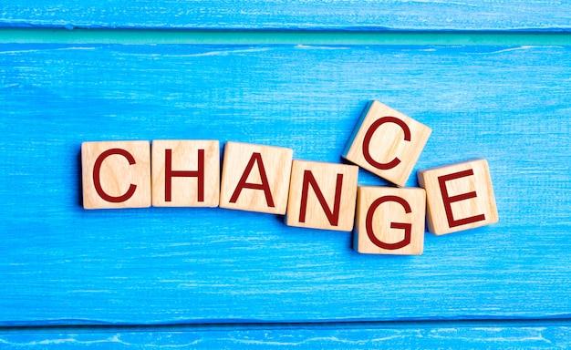 Drewniany sześcian z słowo zmiana i szansa