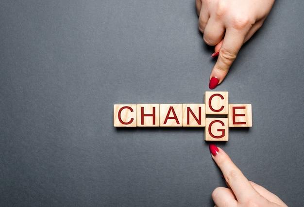 Drewniany sześcian z słowo zmianą szansa na drewno stole.