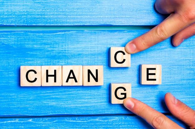 Drewniany sześcian z szansą zmiany słowa. koncepcja motywacji