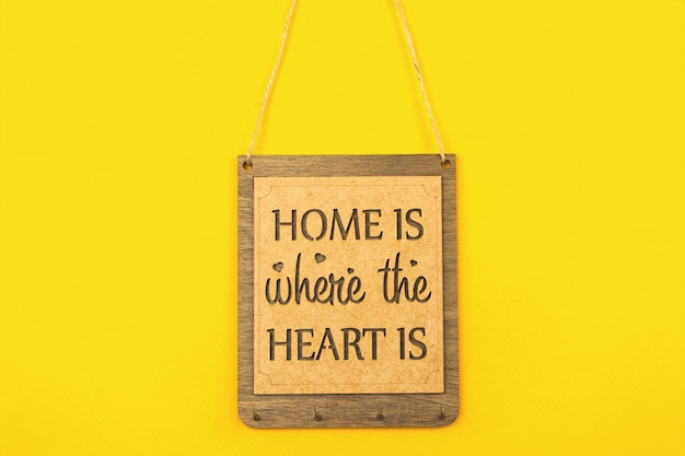 Drewniany talerz dom jest tam, gdzie jest serce, przytulna koncepcja dekoracji domu zdjęcie