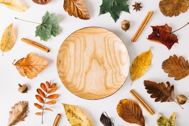 Drewniany talerz wśród urlopu