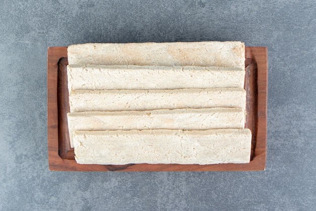 Drewniany talerz z chrupiącym chlebem żytnim.