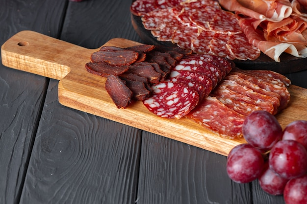 Drewniany talerz z mięsem tnie przystawkę