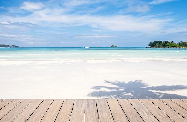 Drewniany taras i piękna tropikalna plaża i morze w tle