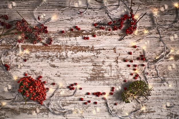 Drewniany tło z gałąź i światłami czerwieni i zieleni
