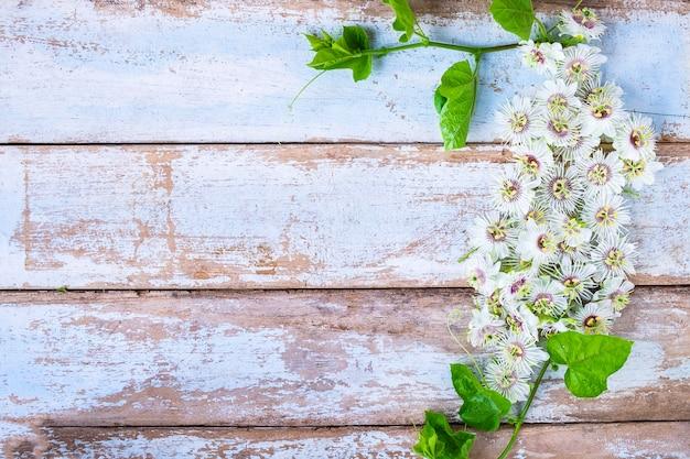Drewniany tło z kwiatami
