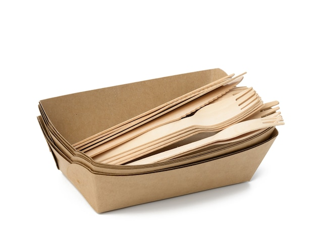 Drewniany widelec i pusty brązowy jednorazowy talerz wykonany z materiałów pochodzących z recyklingu na białym tle, widok z góry. pojęcie braku śmieci nienadających się do recyklingu, odrzucenie plastiku