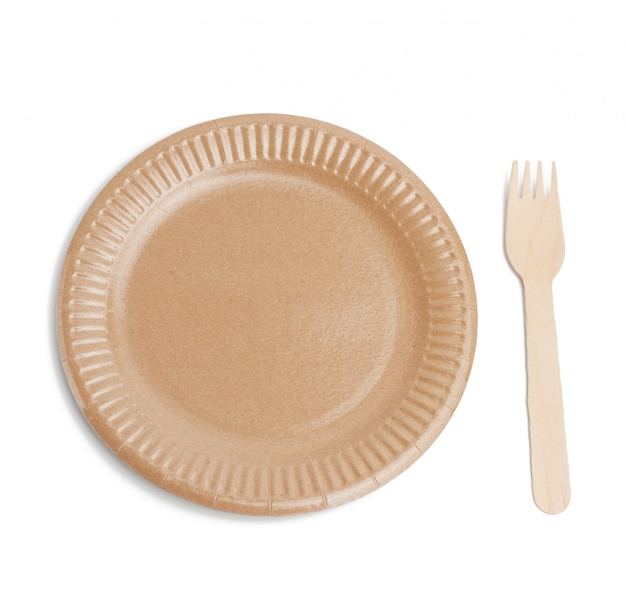 Drewniany widelec i pusty okrągły brązowy jednorazowy talerz wykonany z materiałów pochodzących z recyklingu