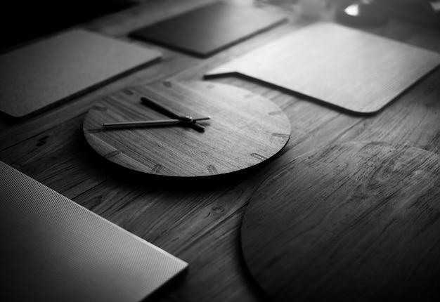 Drewniany zegar czasu nowoczesnej starej koncepcji mody