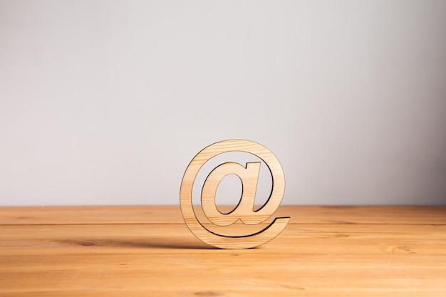 Drewniany znak e-mail na drewnianym