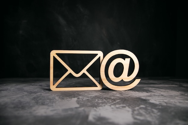 Drewniany znak listu i poczty na stole