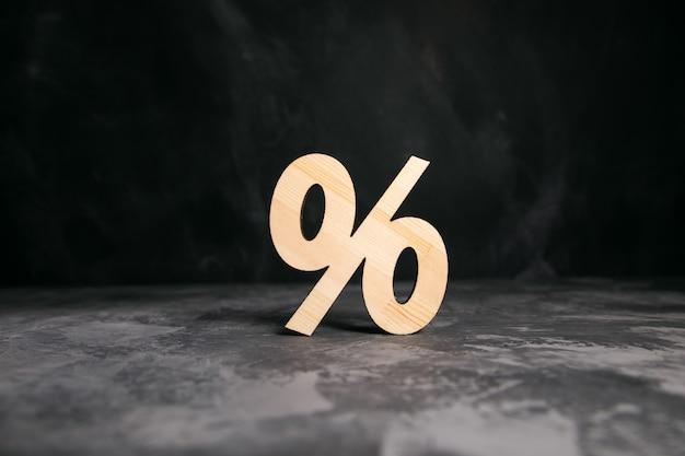 Drewniany znak procentu na stole.