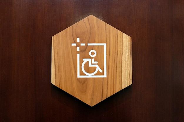 Drewniany znak toalety dla osób niepełnosprawnych