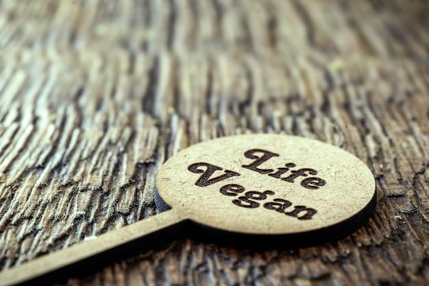 Drewniany znak z tekstem w języku angielskim napisanym życiem wegańskim.