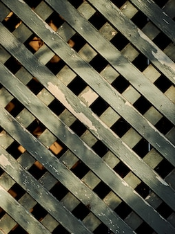 Drewnianych desek zieleni farby siatki cienia tekstury krzyżyka ogrodzenie