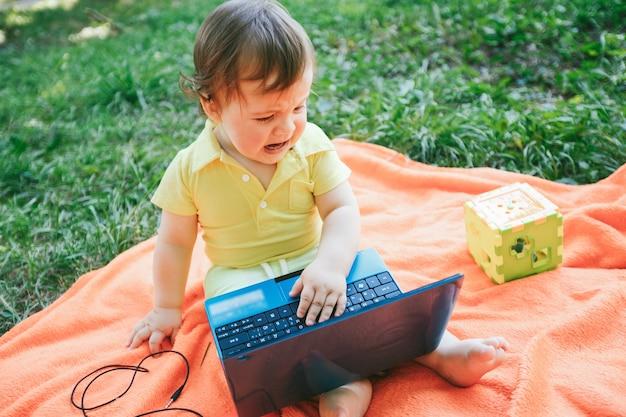 Drewno biały dzieciak gra technologia