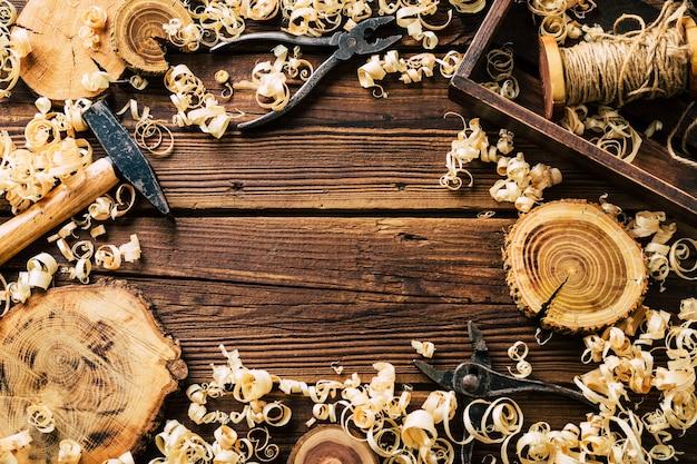 Drewno do majsterkowania. warsztat stolarski. wióry i narzędzia stolarskie. tło.