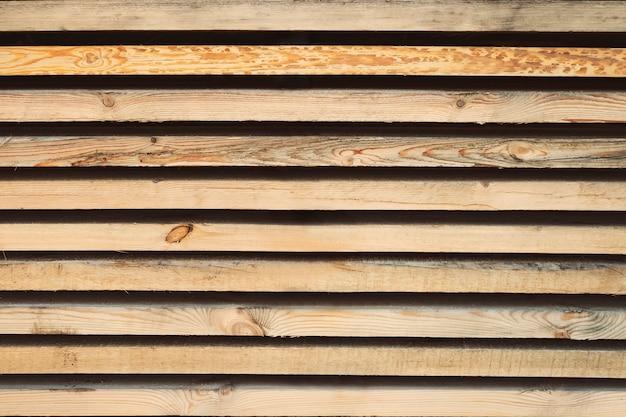 Drewno do przechowywania. skład drewna. zapas konstrukcji drewnianych w magazynie. deski z drewna ułożone starannie na półkach w sklepie z narzędziami.