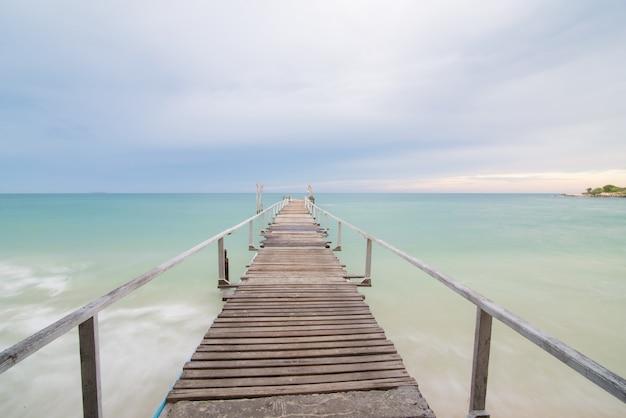Drewno most na plaży przy samet wyspą, tajlandia
