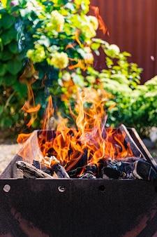 Drewno na opał w grillu. odpoczywaj na łonie natury. gorące węgle. ognisko.