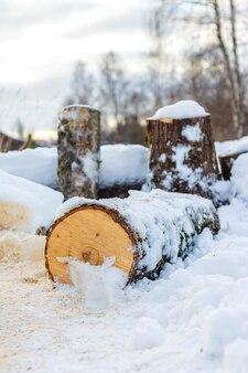 Drewno opałowe pokryte śniegiem zimą