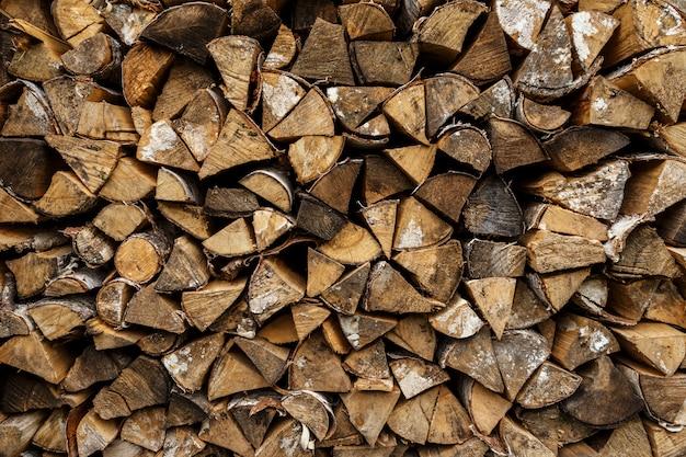 Drewno opałowe ułożone w stos drewna. tło drewna i tekstura.