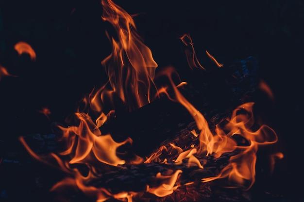 Drewno płonące w ogniu pieca.