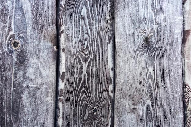 Drewno poobijane ciemnoszare. tło grunge. rustykalne szare tło drewna. belki pionowe.