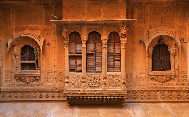 Drewno rzeźbione okna w niebieskim mieście jodhpur
