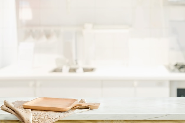Drewno talerz na bielu stole w kuchennym izbowym tle