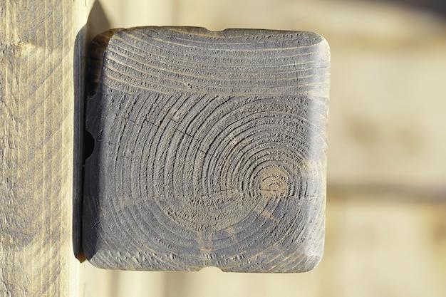 Drewno tekstura tło. kontrastowa faktura desek. drewniana konstrukcja z makro strzałem.