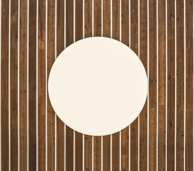 Drewno teksturowane tło z pustą białą ramą koła