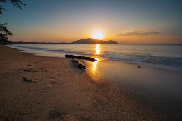 Drewno w ruchu fal morskich lub plaża na niebie o porannym zmierzchu