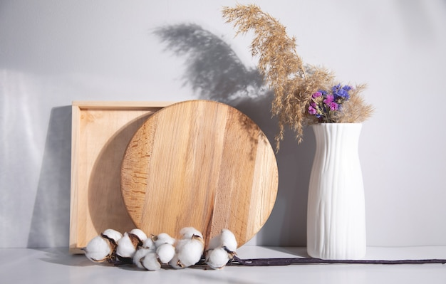 Drewno z gałązką bawełny i wazonem