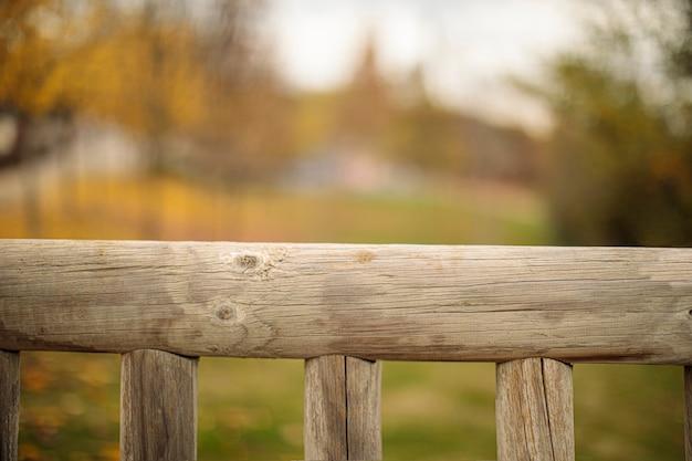 Drewno z naturalnymi liśćmi