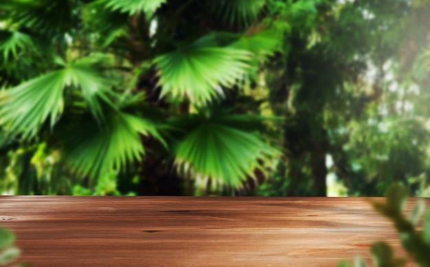 Drewno z zielonymi liśćmi w lesie