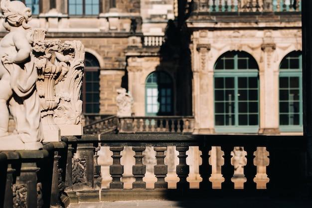 Drezno, turyści w zwingerze. drezno.dresden historyczny pałac i atrakcja turystyczna w dreźnie.
